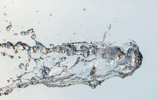 Wasser Struktur vor hellem Hintergrund