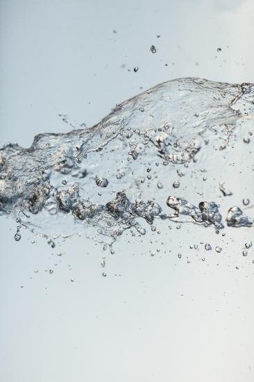 Wasser Spritzer vor hellem Hintergrund