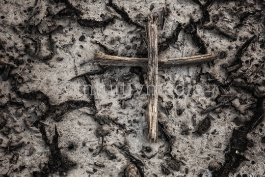 Kreuz aus Stöcken auf der Erde