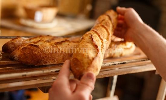 Frisches Baguettes in der Hand
