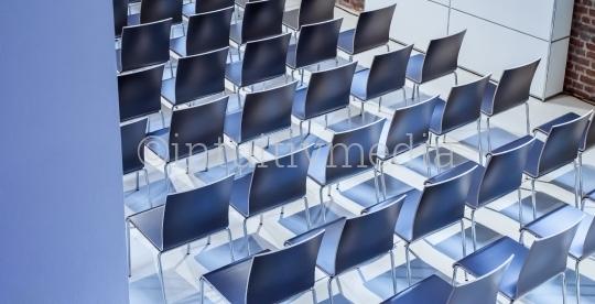 Stühle in Konferenzraum