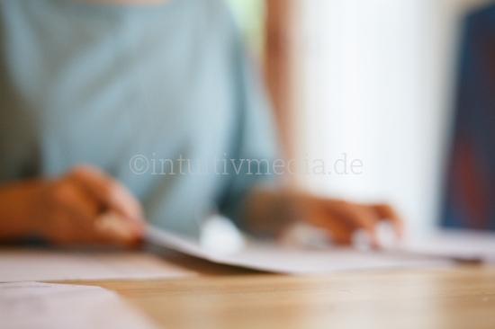 Hände und Schreibtisch unscharf - business moods