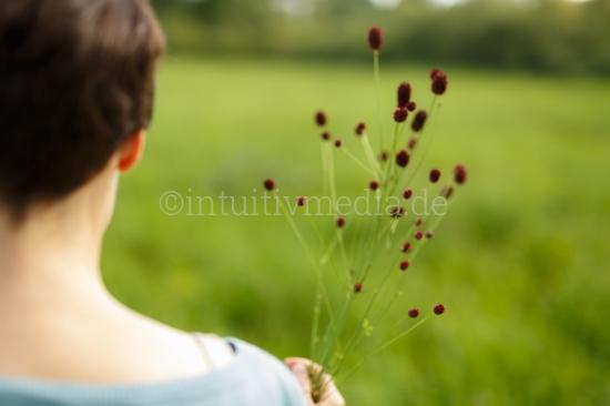 Frau hält Wilde Blumen