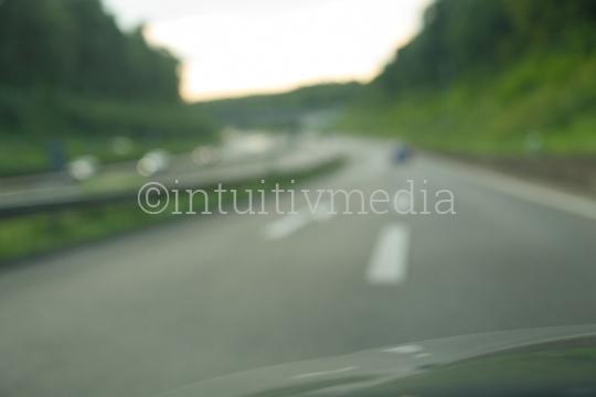 Autobahn mit Autos unscharf