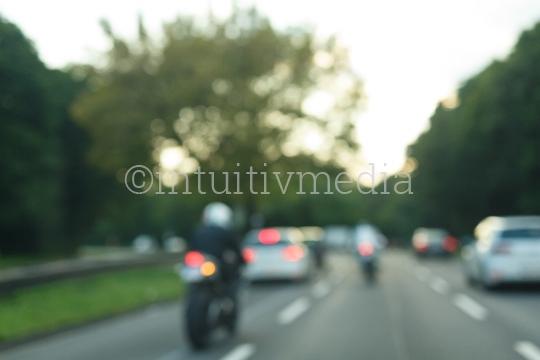 Autobahn mit Motorradfahrer unscharf