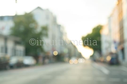 Unscharfe Straße mit Hausfassaden