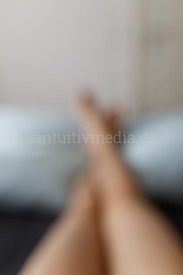 Nakte Beine im Bett