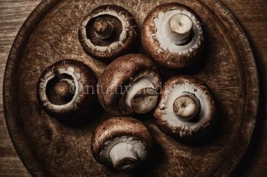 Pilze auf Holzbrett
