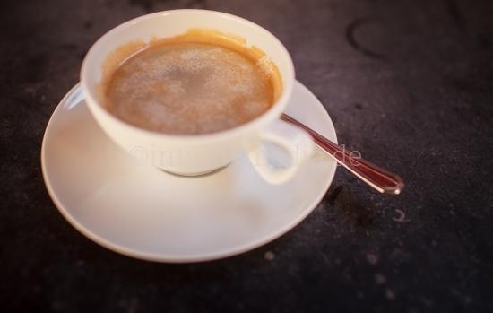 Tasse Kaffe auf rustikalem Tisch