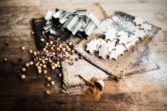 Weihnachtsplätzchen mit Nüssen und Backform