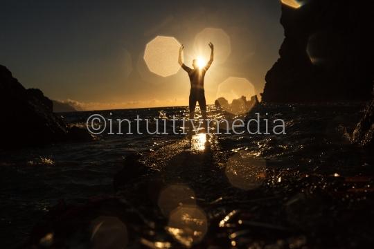 Man in Siegerpose am Wasser