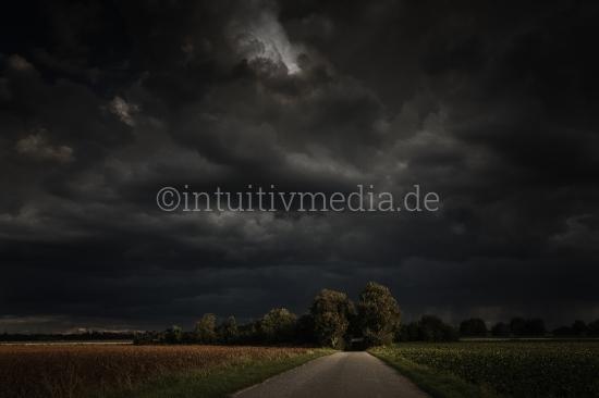 Straße vor dem Gewitter