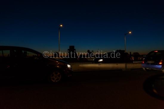Autos im Dunkel der Stadt