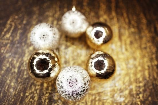 6 Weihnachtskugeln auf Gold