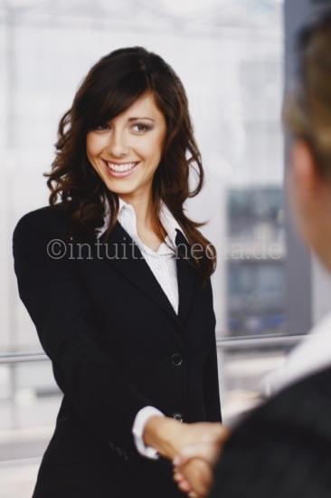 Handschlag einer jungen Geschäftsfrau