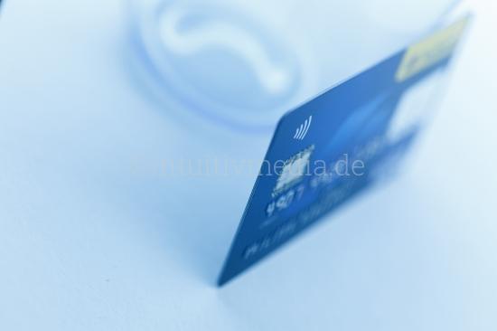 Kreditkarte auf hellem Tisch