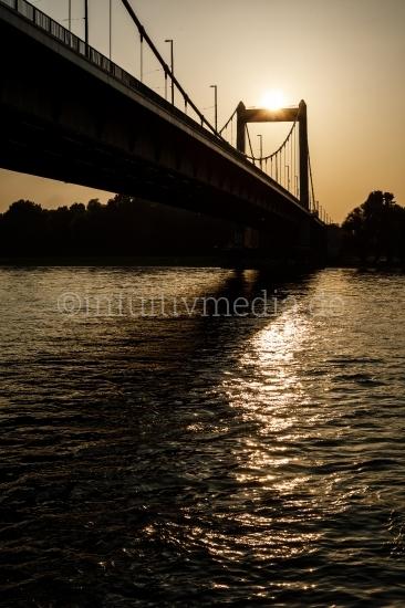 Brücke über den Rhein im Abendlicht