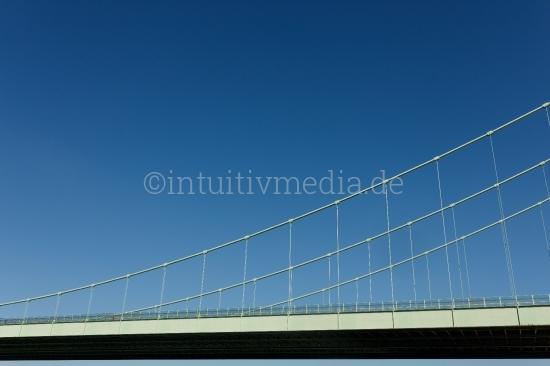 Brücke vor blauem Himmel