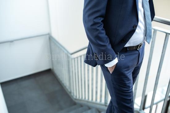 Geschäftsmann mit Anzug auf einer Treppe