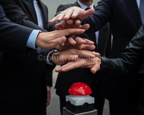 Hände drücken auf rotem Knopf