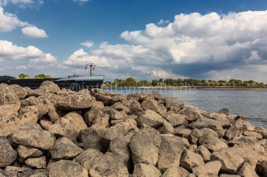 Tanker auf dem Rhein