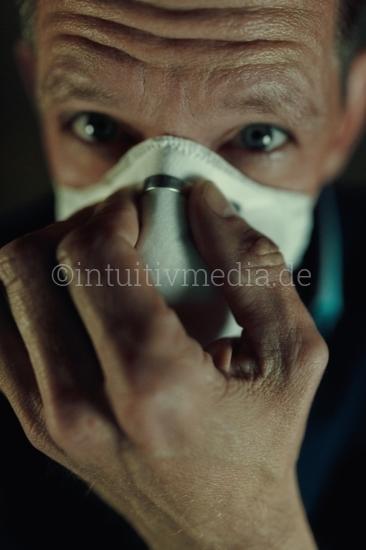 Mann mit Atemschutzmaske im closeup Portrait