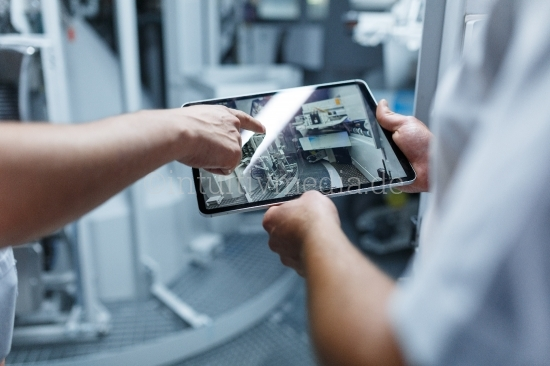 Industrie 4.0 - Arbeiter mit Tablet