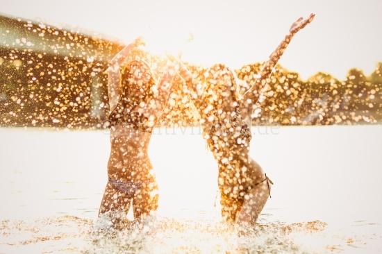 Junge Frauen im Bikini - Wasser & Lebensfreude