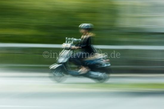 Frau auf Roller
