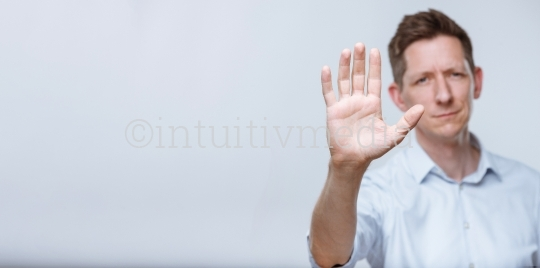 Unternehmer mit Stop Geste