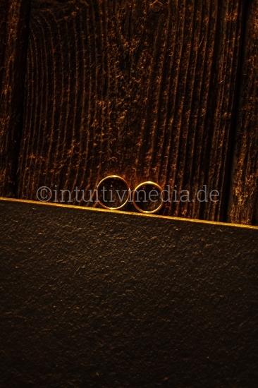 2 Eheringe auf Holz