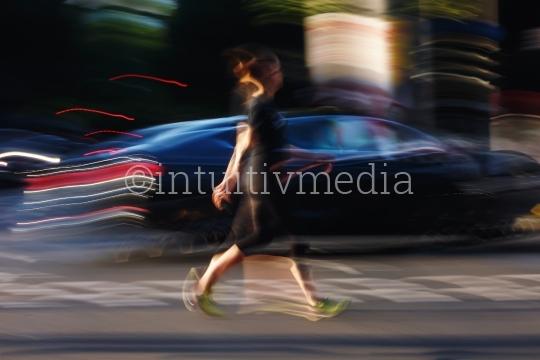 Frau neben Auto in Bewegung
