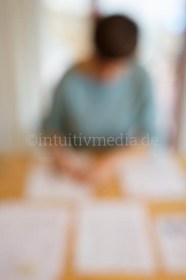 Frau am Schreibtisch unscharf - business moods