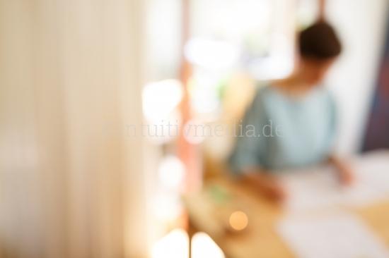 Frau am Schreibtisch Bokeh - business moods