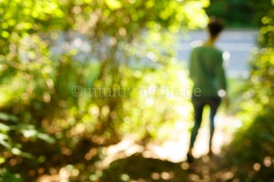 Frau in der grünen Natur
