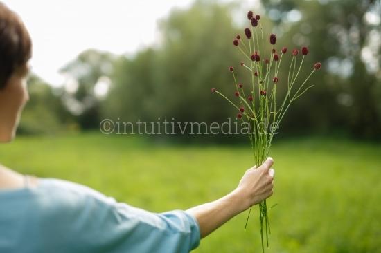 Frau hält Blumen Strauß