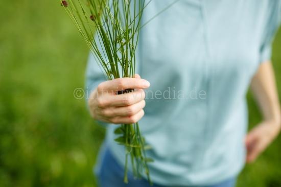 Hand mit Blumenstrauß
