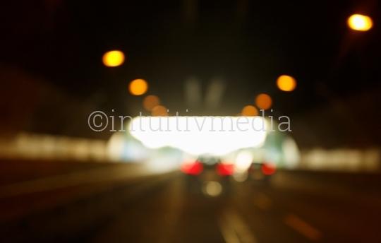 Autobahn Tunnel mit Autos unscharf
