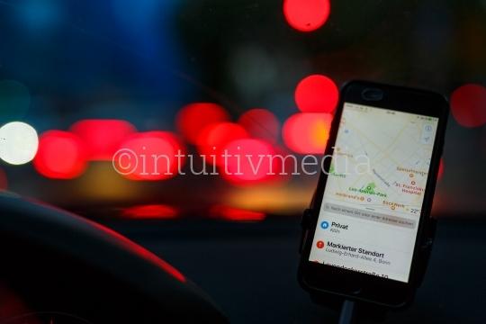 Handy mit Navi im Auto