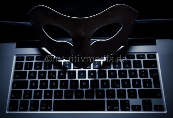 Maske der Anonymität mit Laptop