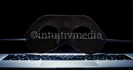 Laptop mit Maske der Anonymität