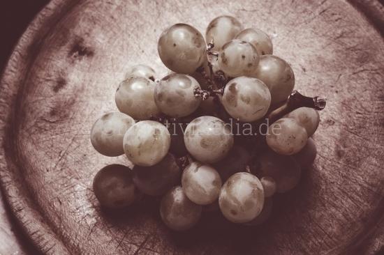 Weintrauben auf Holzbrett