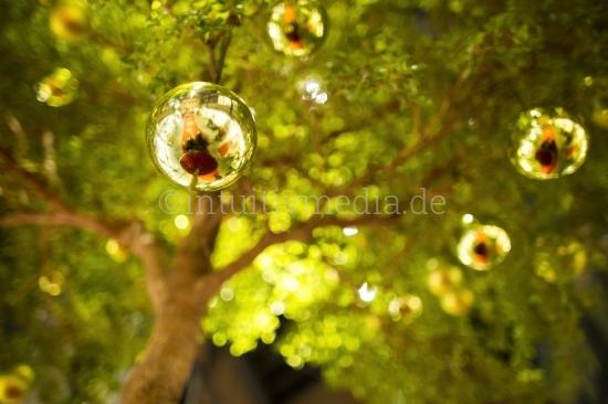 Grüne Weihnachtskugeln am Baum