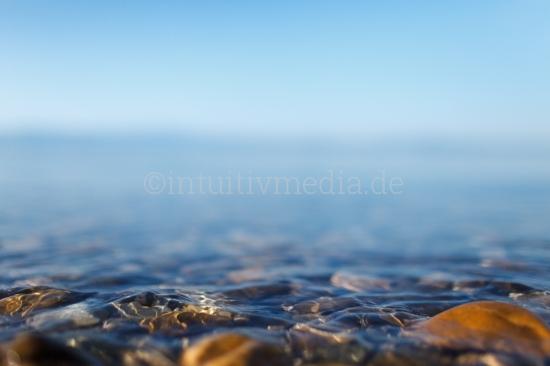 See Ufer mit Steinen