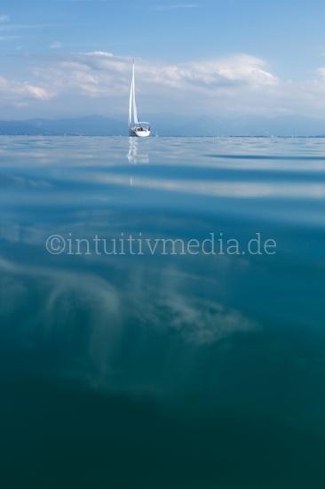 Segelbot auf dem See