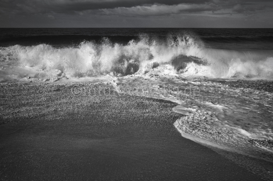 Schöne Wellen am Strand der Algarve