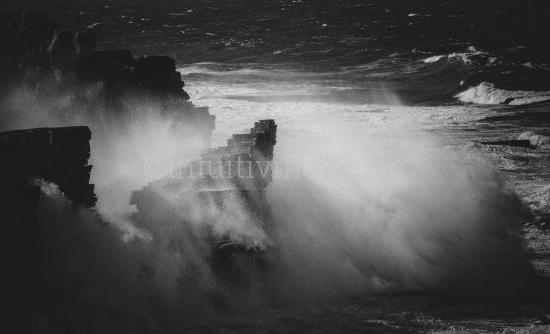 Meer gegen Felsen