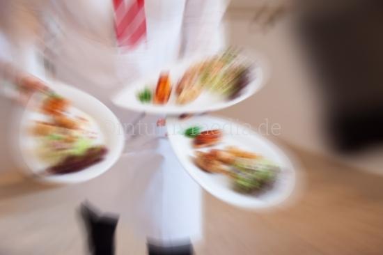 Kelner bringt Teller