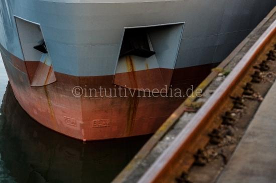 Containerschiff Bug mit Schiene