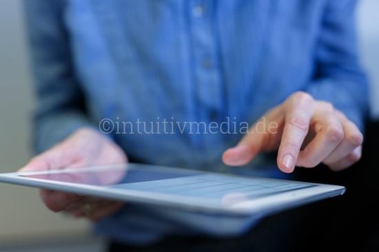 Frau bedient Tablet